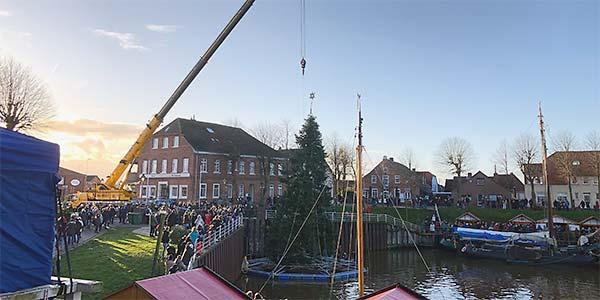 Aufstellen des schwimmenden Weihnachtsbaums